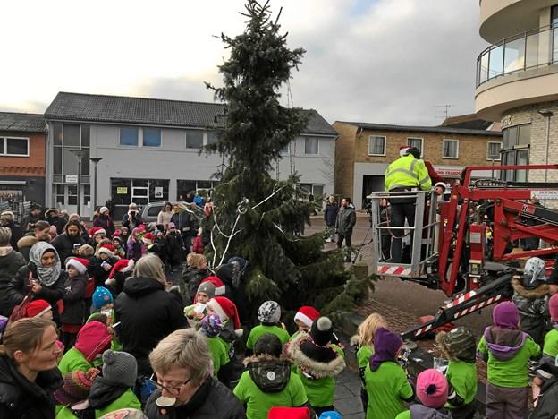 'Danmarks grimmeste juletræ' på Kirketorvet i Aars er blot én af flere faktorer, der har været med til at indbringe Aars titlen som 'Danmarks bedst markedsførte handelsby'. Arkivfoto