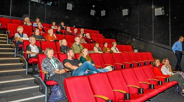 25 interesserede havde taget plads i den flotte nye biograf til foredrag og musikoplevelse. Foto: Mogens Lynge