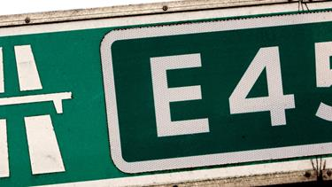 Lastbil og bil i uheld: Spor var spærret på E45