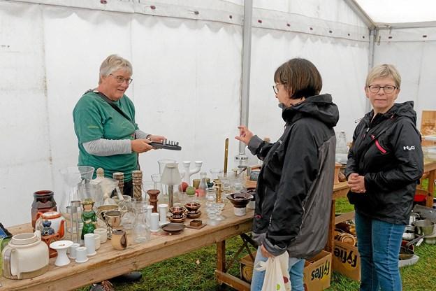I teltet med køkkensager, elektronik og nips var der et righoldigt udvalg. Foto: Niels Helver
