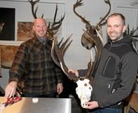Spændte jægere ved trofæopmåling