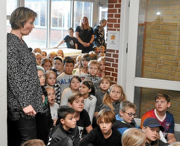 Området tæt på de nye toiletter var helt fyldt med elever ved indvielsen. Her startede skoleleder Helle Faber med at fortælle om de gamle toiletter og etableringen af de nye. Foto: Ole Torp