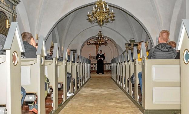 Kun stearinlys afslørede, at der var mennesker i kirkerummet. Dog blev lyset tænd, når der skulle synges salmer. Foto: Mogens Lynge