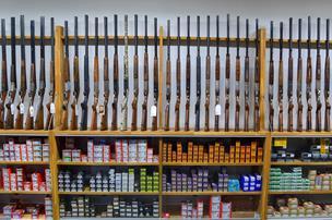 Brasholts fristelser: Her udlever mænd en passion for rifler og fiskestænger