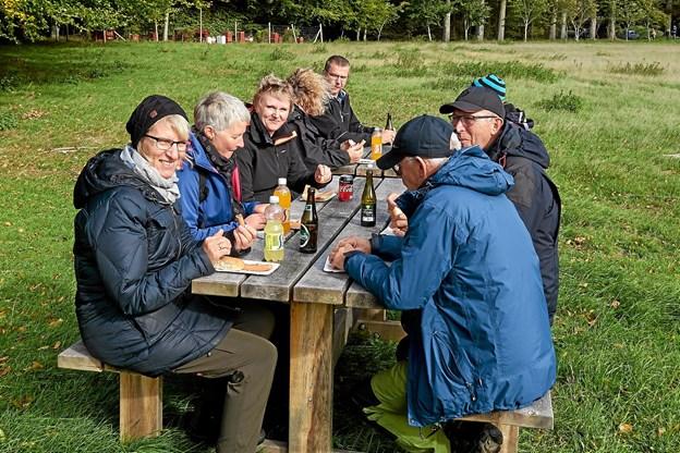 I det dejlige sensommervejr kunne frokosten nydes i det fri.  Foto: Niels Helver