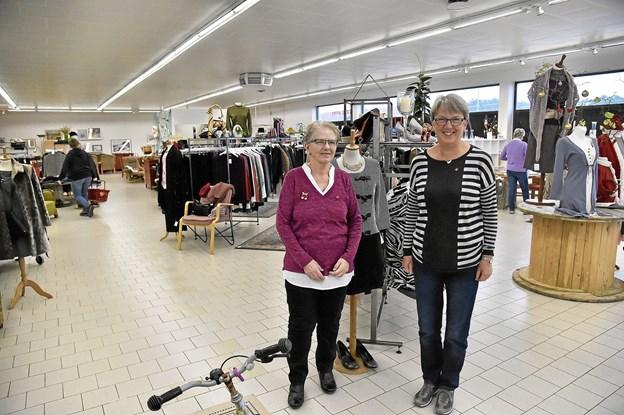 Brede smil hos formand Røde Kors efter de første 2   måned: Bodil Lauritsen (th) og Inge Lauridsen, butiksleder. Foto: Ole Iversen