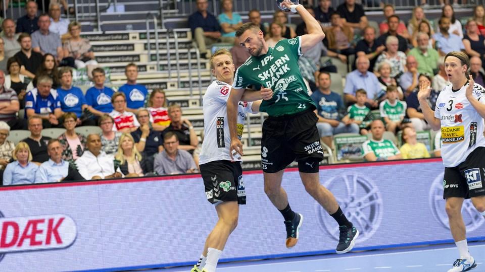 Eivind Tangen og Skjern var oppe imod Aalborg i den sidste gruppekamp i slutspillet i 888 Ligaen. Foto: Scanpix/Mads Dalegaard