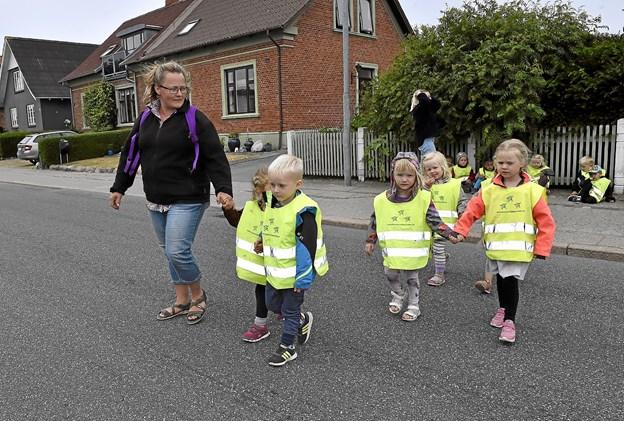 Så er der fri bane. De dygtige og lydige børn går stille og roligt over, da der ingen biler kommer. Foto: Ole Iversen