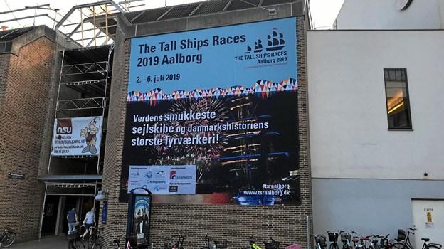 Der bliver annonceret på livet løs for The Tall Ship Races 2019 i Aalborg, der finder sted i perioden 2.-6. juli, og her er det en ganske stor plakat på Medborgerhuset i midtbyen. Foto: Torben O. Andersen