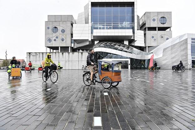 Cyklisterne trillede rundt i midtbyen en times tid med et indlagt stop på Nytorv.