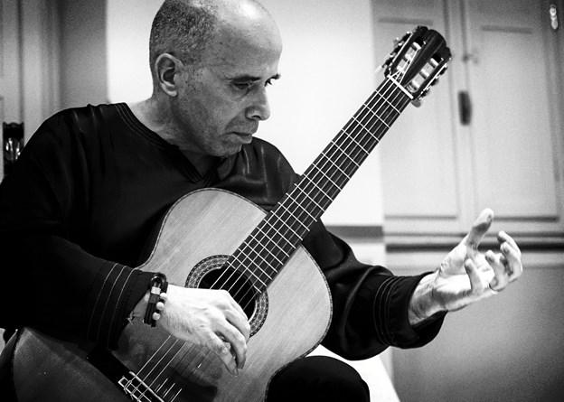 Carles Pons i Altés, spansk mesterguitarist, giver søndag 18. november koncert i private rammer i Mariager. PR-foto