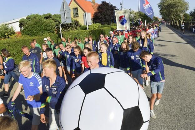 Bolden ruller - og det gjorde optoget da også op gennem byen til Harald Nielsens Plads, hvor man så den nye statue og så til Stadion