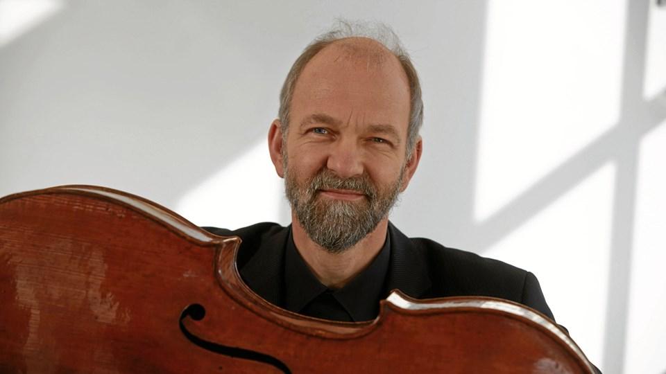 Cellist Aksel Nielsen giver 18. oktober koncert i Mariager Kirke sammen med datteren Susanne og kirkens faste organist, Mikael Ustrup. Privatfoto