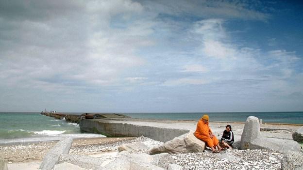 Mong og hendes far på stranden. Foto: Henrik Bohn Ipsen