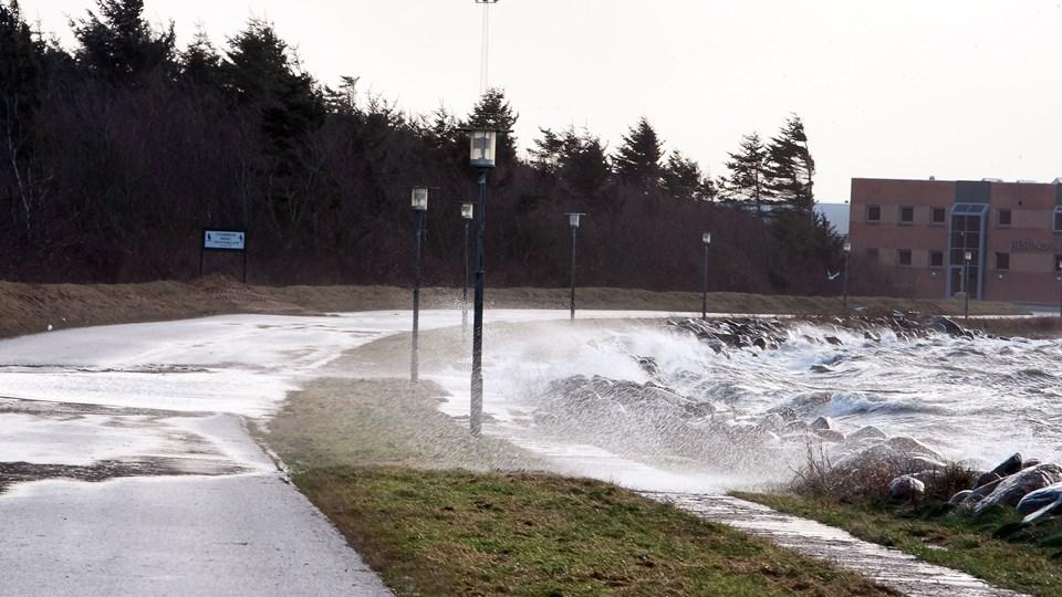 Strandvejen i Nykøbing er flere gange blevet oversvømmet i forbindelse med storm og højvande - her et billede fra november 2011, hvor vejen blev spærret. Arkivfoto: Poul Erik Bilstrup