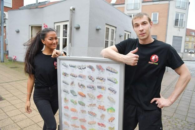 Pavels Sokolovs foran nyåbnede Sushi Fresh på Theatertorvet. Sara er tjener i restauranten. Foto: Claus Søndberg