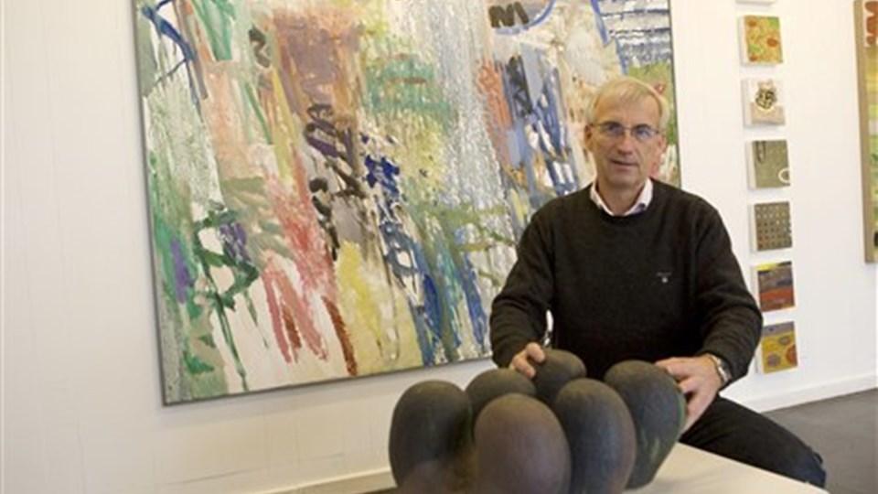 Johnny Raaschou er parat til sin anden udstilling i galleriet i gården bag Fjerrenseriet. Den er med fire færinger. Det er keramiske skulpturer af Gudrid Poulsen og bagved her er det Bardur Jakupsson. Foto: Kurt Bering.