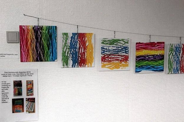 Smukke små malerier som er lavet med kageruller hvor man har viklet garn omkring. Foto: Hans B. Henriksen