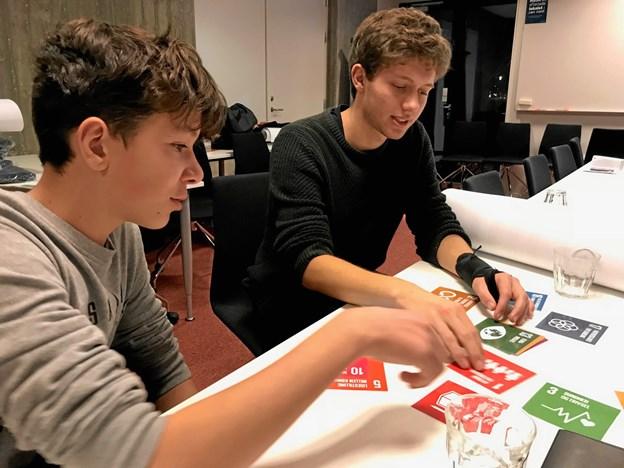 Sebastian og Nikolaj, der taler om verdensmålenes indflydelse på hinanden og deres betydning i Frederikshavn kommune. Privatfoto