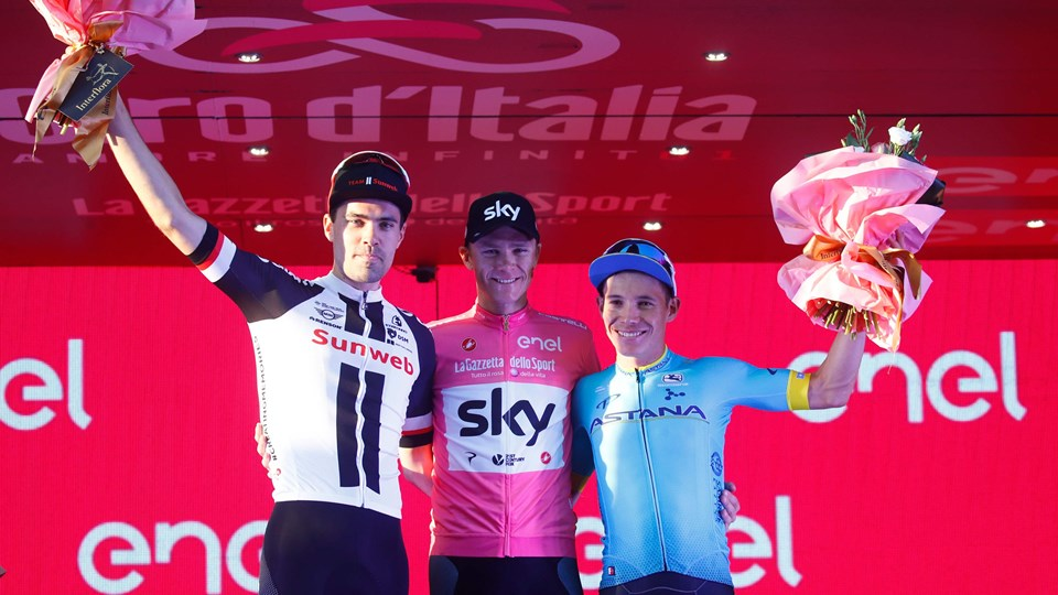Chris Froome (i midten) slog Tom Dumoulin (tv.) med 46 sekunder i årets Giro d'Italia efter et vildt soloridt af briten på en af løbets sidste etaper. Men dopingsagen fra sidste års Vuelta a España spøger stadig omkring Froome. Foto: Luk Benies/Ritzau Scanpix