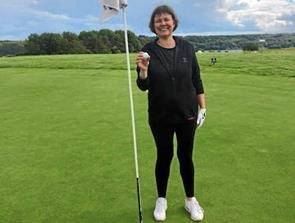 Tina Knuth slog hole in one under golfkøreprøve