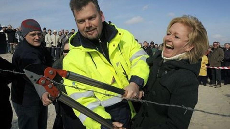 Her genåbner transportminister Carina Christensen med hjælp af lidt muskelkræft fra kystdirektoratet pigtråden til det afspærrede område på Skallingen. Foto: Jesper Kristensen/Scanpix