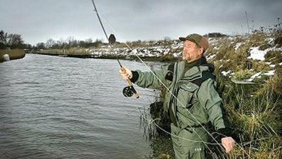 Det er ikke sild, men ørreder lystfiskerne forsøger at fange ved premieren i dag. Vagn Ove Brøndum, Aalborg, er her ved en tidligere lejlighed på jagt efter grønlænderne i Lindholm Å.  Foto: lars Pauli