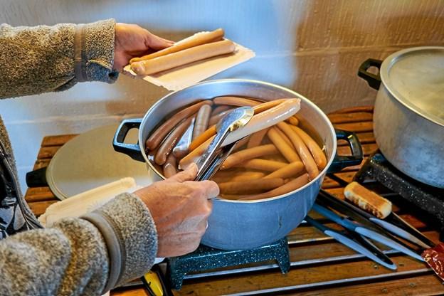 Efter et par timers gåtur serverede frivillige fra Kræftens Bekæmpelse kogte pølser med tilbehør i Kræmmerens Hus, inden turen fortsatte i den gamle del af Slotved Skov. Foto: Niels Helver