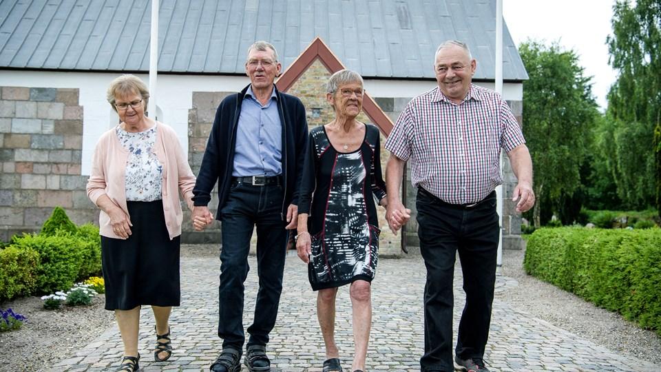 For 50 år siden var der høj solskin, da de to nygifte søstre og deres mænd trådte ud af Dragstrup Kirke.  Fra venstre er det Henny Jepsen, Orla Jepsen, Jytte Thorsen og Karl Ejner Thorsen. Foto: Bo Lehm