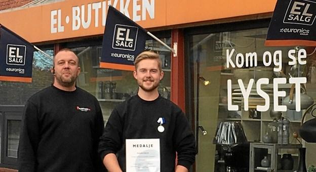 Nicolaj (th) med diplom og medalje og indehaver af El-Butikken i Als, Martin Kjær. Foto: privat.