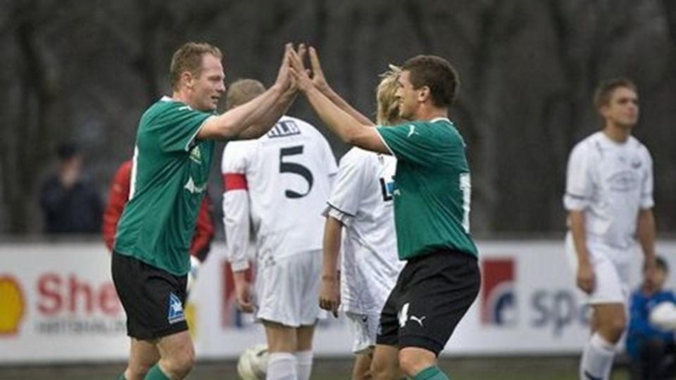 Peter Bechmann og Tommy Markussen i jubel over Bechmanns scoring til 1-0 i Hjørring. Foto: Hans Ravn