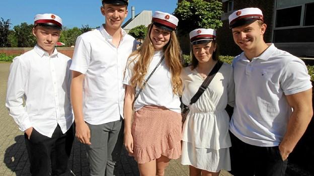 141 studenter med huer og glade smil tog i fredags afsked med Dronninglund Gymnasium for at kaste sig ud i livet. Foto: Jørgen Ingvardsen