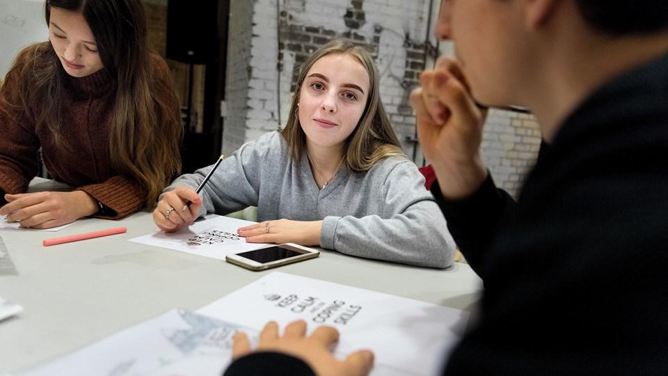 Fanny Kjeldsen (i midten) er en af de unge, der har været super glade for forløbet i Nordkraft. Blandt andet fordi det har lært hende, at være mere åben omkring sin ordblindhed. Foto: Torben Hansen