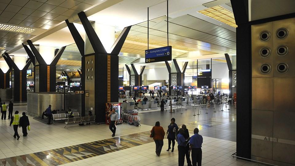 En mand blev tirsdag aften anholdt i den internationale lufthavn i Johannesburg. Han er mistænkt i sagen om mistænkt svindel for 111 millioner kroner i Socialstyrelsen. Arkivfoto fra lufthavnen.