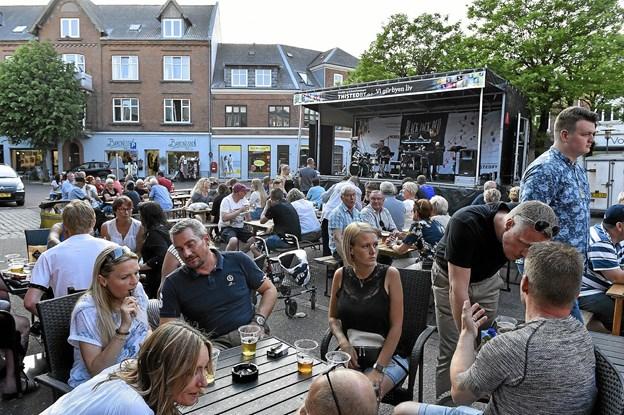 Med musik af Black Jack Duo var der godt gang i festen på Nytorv. Foto: Ole Iversen