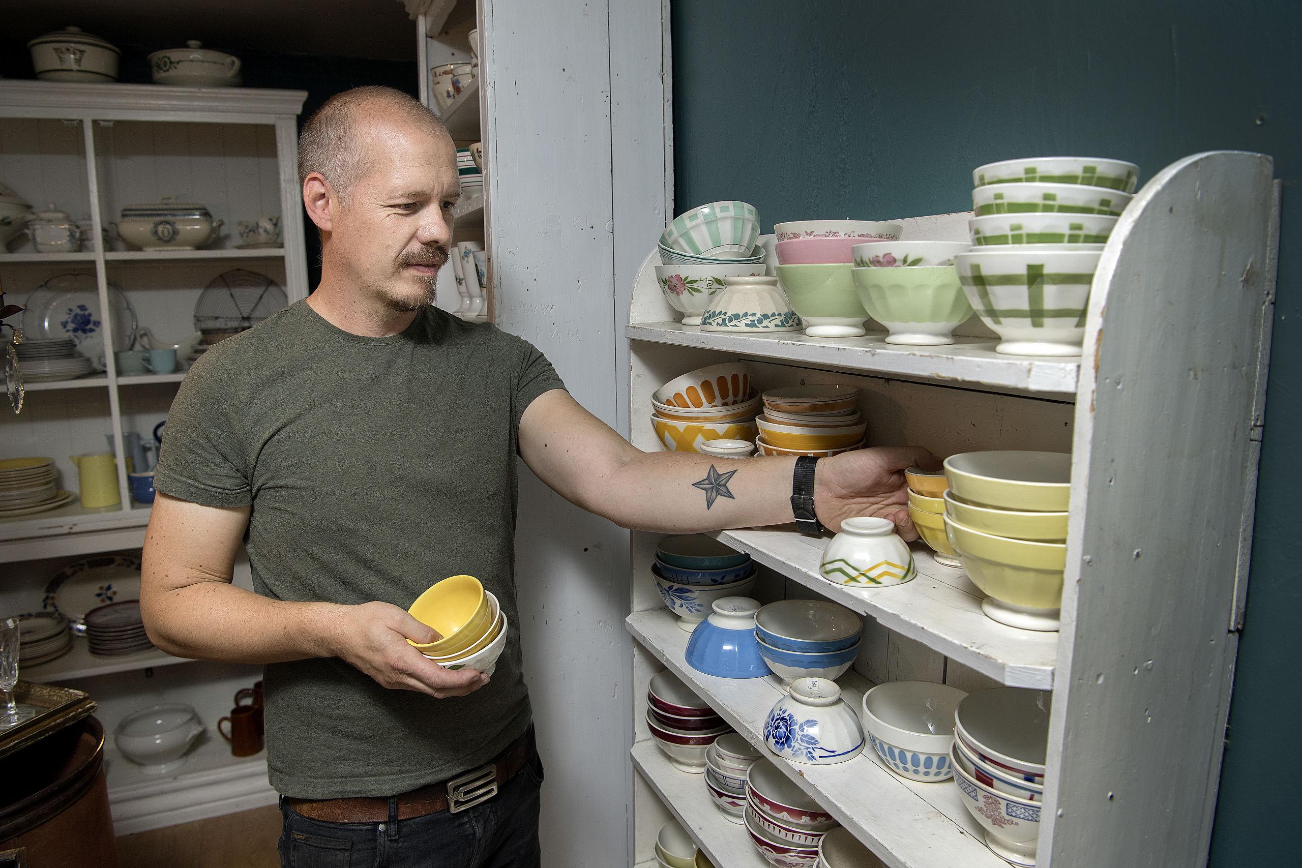 Det er Mikkel Aagaard, der sammen med Katerina Freng, står bag markederne. De driver desuden Le Renard på Budolfi Plads og webshoppen frengbrocante.com.