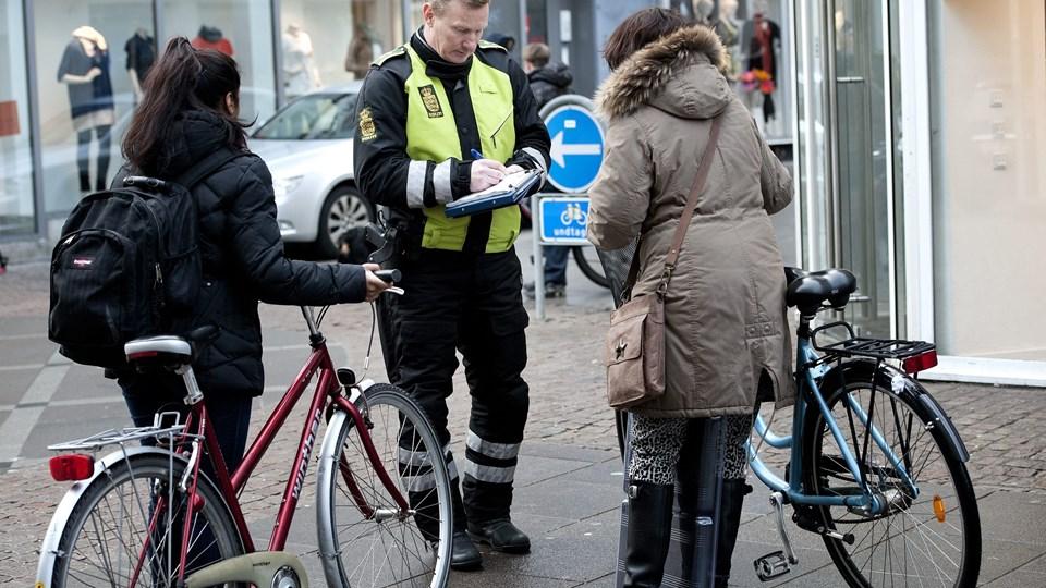 En tidligere cyklistkontrol i Aalborgs midtby. Men faktisk er nordjyder de mest lovlydige cyklister i landet, ifølge en undersøgelse. Arkivfoto: Henrik Bo