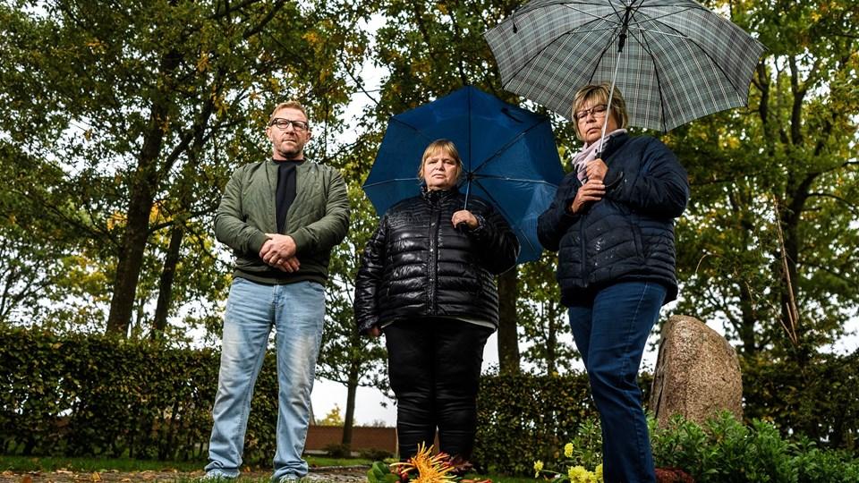 Grethe Byrdal Karlsen er begravet i de ukendtes grav på kirkegården i Hjallerup. Men hendes tre efterladte børn - Lone, Gitte og Michael - føler ikke, at de har fået vished om morens døde, og derfor ikke har kunne sige ordenligt farvel.