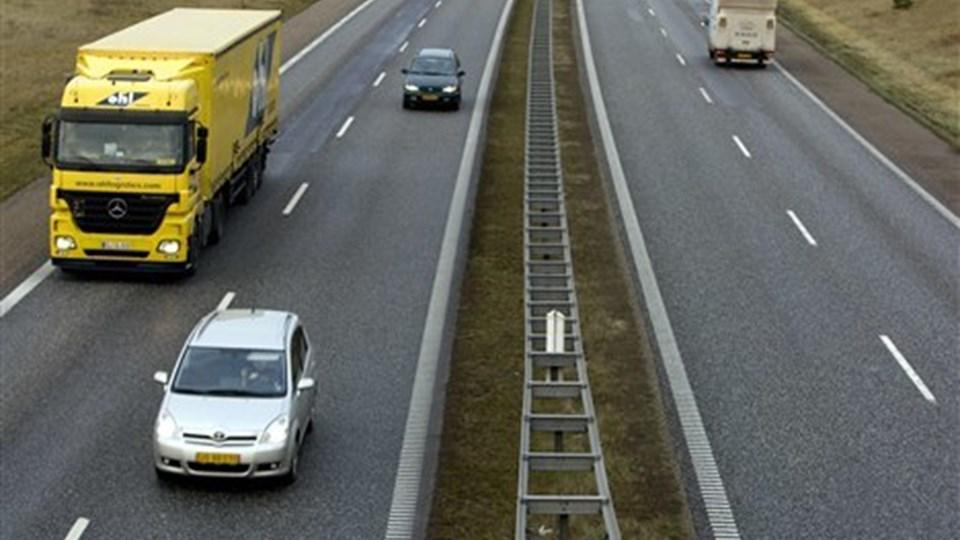 Tænketank mener, at du skal betale for hver kilometer, du kører på vejene. Arkivfoto: Henrik Bo.
