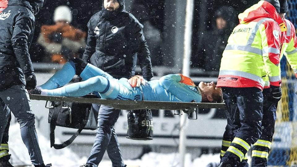 Robin Olsen måtte bæres ud efter 38 minutters spil mod Hobro. Foto: Scanpix/Henning Bagger