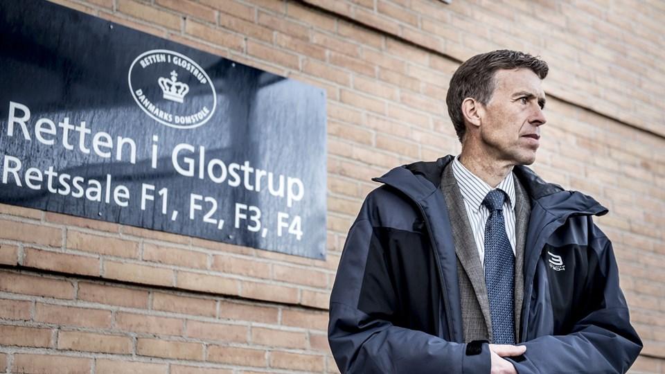 """Nyt materiale forsinker straffesagen i Glostrup om bestikkelse. Den ene af anklagerne, Alexander Dzougov, taler om """"it-tekniske problemer"""". På billedet ses hans kollega, specialanklager Jørn Thostrup, ved sagens begyndelse i oktober. Foto: Scanpix/Mads Claus Rasmussen/arkiv"""