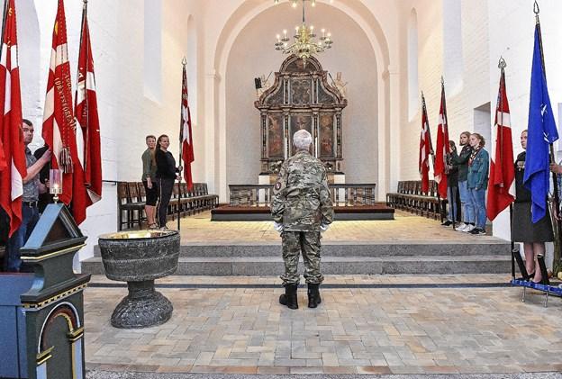Fanerne tager stand i koret. Foto: Ole Iversen
