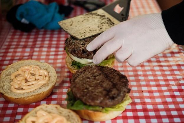 Det er ikke kun fodboldfans, der ligger vejen forbi Meats pop up shop. De sælger generelt mange burgere derfra.