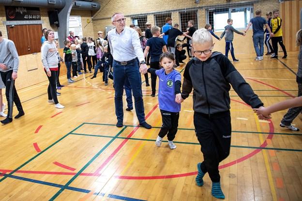 Borgmester Mogens Jespersen smed skoene og løb med i den fælles kædetagfat, som skolens valghold Ifront havde arrangeret.    Foto: Laura Guldhammer