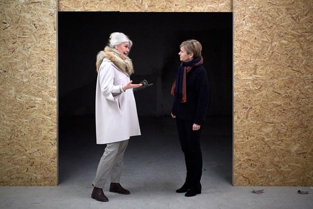 Bit Vejle og datteren Zeleste glæder sig til at kunne byde folk indenfor i det nye papirkunstcenter. De håber på, at det vil skabe en interesse for papirkunsten. Foto: Henrik Bo
