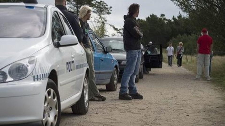 Betjente i dialog med de to arrangører af technofesten i Solsbækhytten lørag midag, hvor det blev besluttet at stoppe festen. FOTO: THOMAS HANSEN