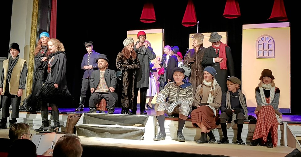 Næsten hele ensemblet af optrædende - en snes stykker - på scenen. Foto: Torben Borup