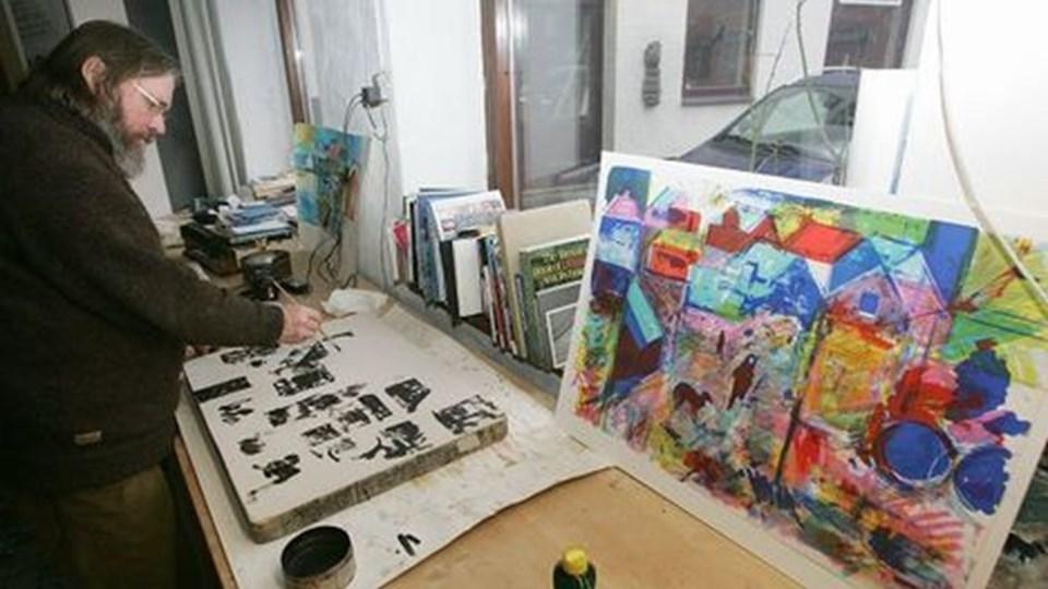 Maleren Torbjørn Olsen fra Færøerne har netop fuldendt et litografisk tryk i Det Grafiske Værksted.  Foto: Kurt bering