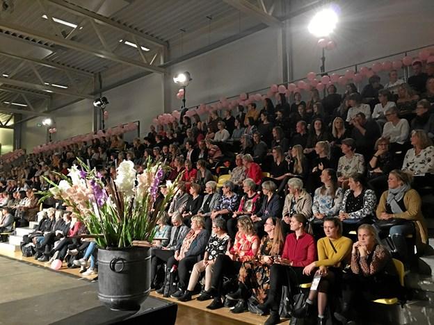 400 betalende tilskuere var med til at gøre torsdagens modeshow i Støvring til en gedigen succes. Privatfoto