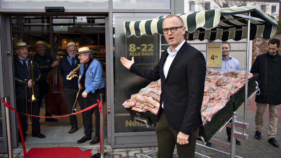 Seniorprojekt-chef hos Netto, Klaus Bugge byder indenfor i den nye Netto i Vrå. Foto: Kurt Bering